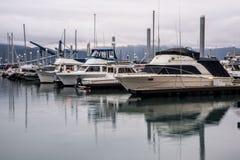 Réflexions de l'eau de début de la matinée dans la baie de résurrection, Alaska photo stock
