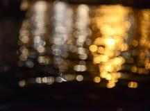 Réflexions de l'eau d'argent et d'or Image stock