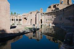 Réflexions de la villa de l'île à la villa de Hadrians images stock