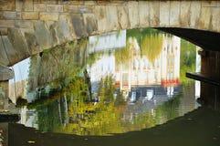 Réflexions de la ville du Luxembourg dans l'eau Photos stock
