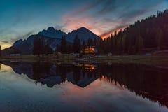 Réflexions de lac Antorno photographie stock