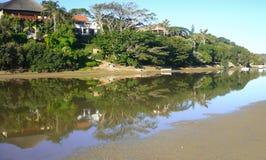 Réflexions de marée basse sur la rivière Afrique du Sud de Gonubie Images stock