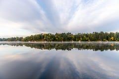 Réflexions de matin dans le lac Sibley du Minnesota central photo libre de droits