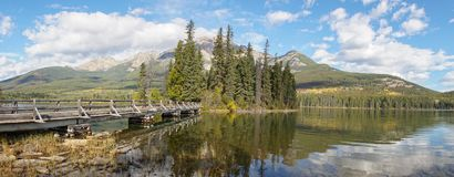 Réflexions de miroir sur le lac pyramid en parc national de Banff, Canada image libre de droits
