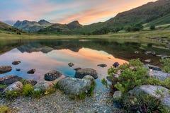Réflexions de montagne au lever de soleil Blea secteur du Tarn, lac, R-U photographie stock libre de droits