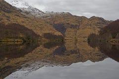 Réflexions de montagne dans le loch Eilt photographie stock libre de droits