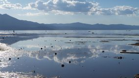 Réflexions de nuage sur le lac Tahoe Photographie stock