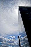 Réflexions de nuage sur une construction Photographie stock libre de droits