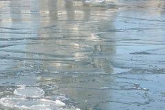 Réflexions de pont dans des casseroles de glace mince Photographie stock libre de droits