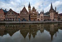 Réflexions de port de Graslei à Gand, Belgique Image libre de droits