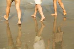 Réflexions de promenade de plage Photo libre de droits