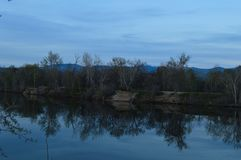 Réflexions de rivage sur le lac un jour bleu ! photos stock