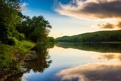 Réflexions de soirée dans le fleuve Delaware, à l'eau Gap du Delaware Photo libre de droits
