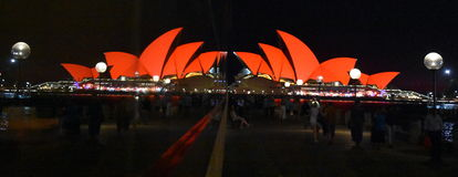 Réflexions de Sydney Opera House et en verre Photographie stock