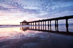 Réflexions de tombée de la nuit de pilier de Manhattan Beach Image libre de droits