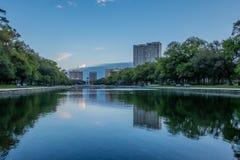 Réflexions de ville dans un lac Photographie stock