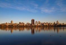 Réflexions de ville de Manhattan sur Sunny Day dans le Central Park Photos stock
