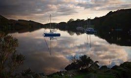Réflexions de voilier dans Coniston photographie stock