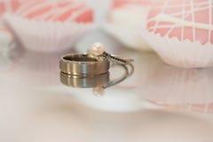 Réflexions des anneaux de jeunes mariés photo libre de droits