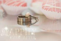 Réflexions des anneaux de mariage photo libre de droits