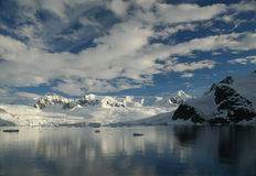 Réflexions des icefalls glaciaires Photo stock