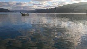 Réflexions des nuages dans un port en Devon Image libre de droits