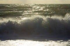 Réflexions des rayons du soleil dans les vagues Photos stock