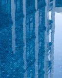 Réflexions du bâtiment dans la piscine calme Photographie stock libre de droits