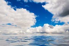 Réflexions du ciel et des nuages au-dessus de l'eau photo stock