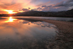 Réflexions du soleil et des nuages dans l'eau Image libre de droits