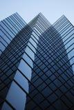 Réflexions en verre et en acier dans la construction moderne Photo libre de droits