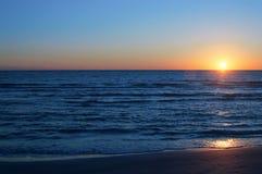 Réflexions et ombres de coucher du soleil de plage sur l'eau Photos libres de droits