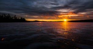 Réflexions gentilles pendant un lever de soleil dans Vasterbotten, Suède Photographie stock