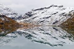 Réflexions glaciales sur le lac Bovertunvatnet Image libre de droits