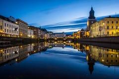 Réflexions Gothenburg Suède de nuit de Brunnsparken images stock