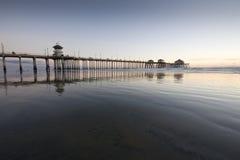 Réflexions grandes-angulaires de pilier de Huntington Beach Photos stock