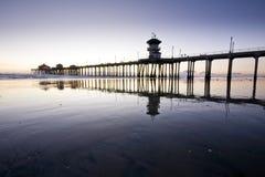 Réflexions grandes-angulaires de pilier de Huntington Beach Image stock
