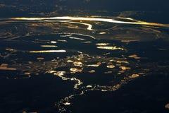 Réflexions lumineuses dans le fleuve et l'eau Photos stock