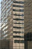 Réflexions modernes de construction dans la ville Photos libres de droits