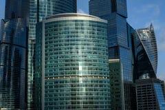 Réflexions modernes en verre d'immeuble de bureaux Images libres de droits