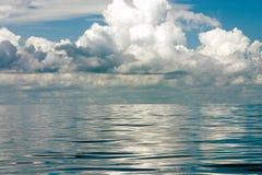 Réflexions nuageuses Image stock