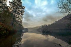 Réflexions parfaites au-dessus de rivière de Limia image stock