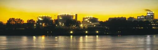 Réflexions rouges d'huile de vintage du Neckar d'industrie de rivière de Mannheim de panorama de bateau de ciel chimique d'ampoul images libres de droits