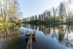 Réflexions scéniques des arbres et des nuages dans l'eau Photo libre de droits