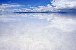 Réflexions sur les saltflats Photo stock