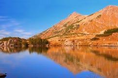 Réflexions sur un lac glaciaire photo libre de droits