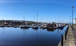 Réflexions sur une marina, Irlande Photos libres de droits