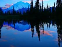 Réflexions tranquilles de coucher du soleil sur un lac mountain Image libre de droits