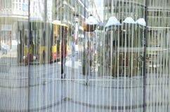 Réflexions urbaines à la façade en cristal image stock