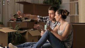 Réformes de planification à la maison en mouvement de couples banque de vidéos